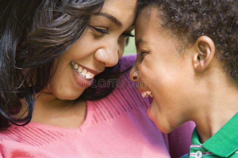 Matriz e filho felizes. imagem de stock
