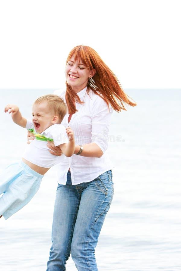 Download Matriz e filho na praia imagem de stock. Imagem de miúdo - 10062267