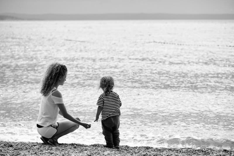 Matriz e filho na praia imagens de stock
