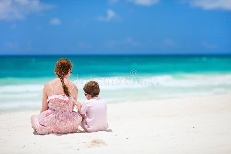 Matriz e filho na praia fotos de stock royalty free
