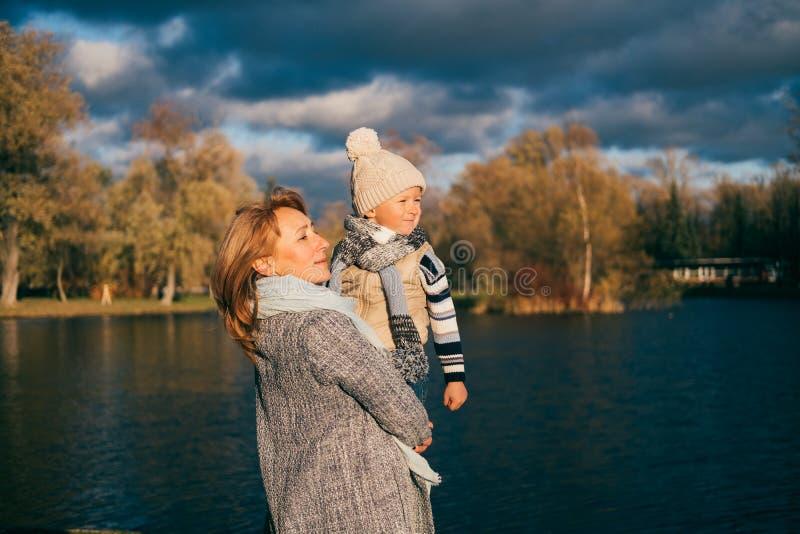 Matriz e filho no parque do outono imagens de stock