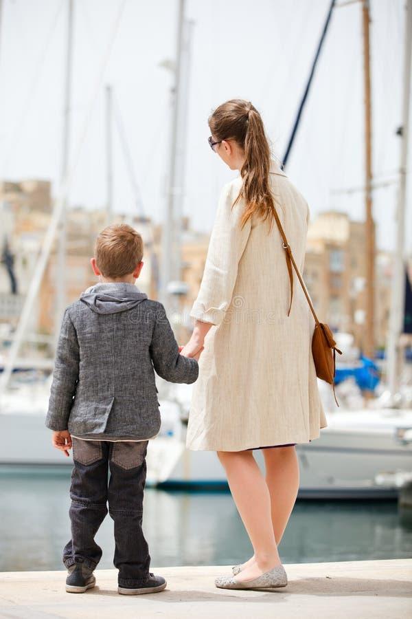Matriz e filho no porto fotografia de stock