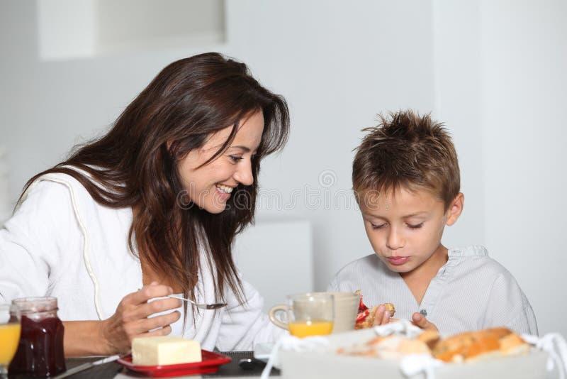 Matriz e filho que comem o pequeno almoço imagens de stock