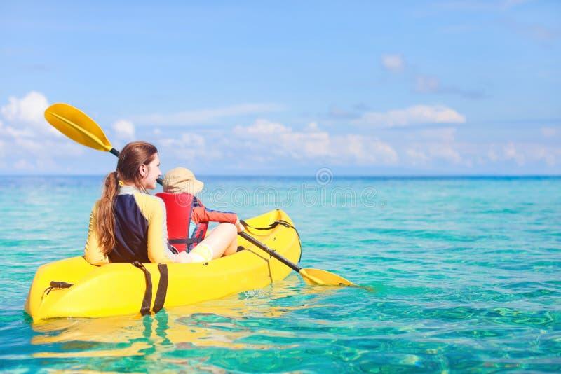 Matriz e filho que kayaking fotografia de stock royalty free