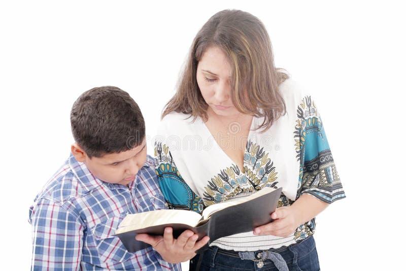 Matriz e filho que lêem uma Bíblia fotografia de stock