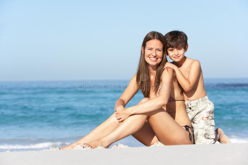 Matriz e filho que relaxam junto foto de stock
