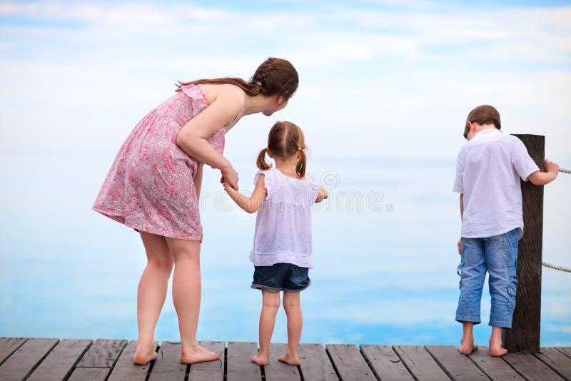 Matriz e miúdos em férias tropicais fotos de stock