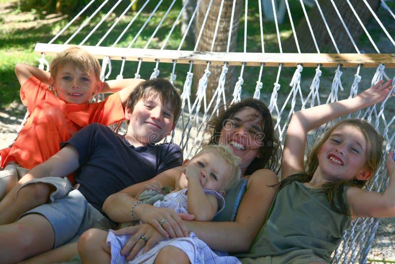 Matriz e miúdos felizes imagens de stock