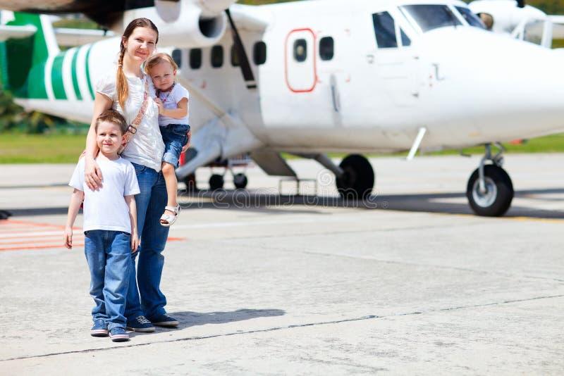 Matriz e miúdos na frente do avião foto de stock