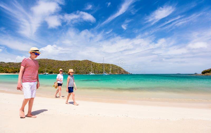 Matriz e miúdos na praia fotos de stock royalty free