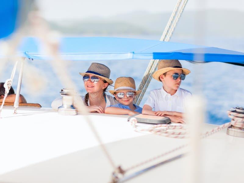 Matriz e miúdos no iate luxuoso imagem de stock