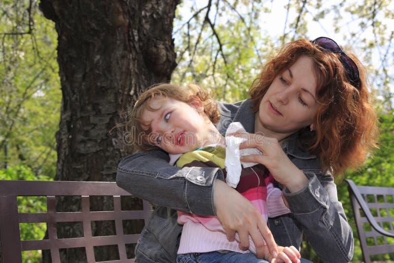 Matriz e sua criança no banco imagem de stock royalty free