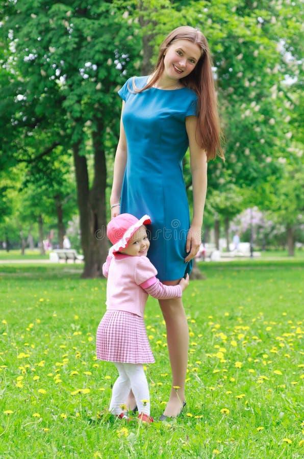 Matriz e sua filha no parque imagem de stock royalty free