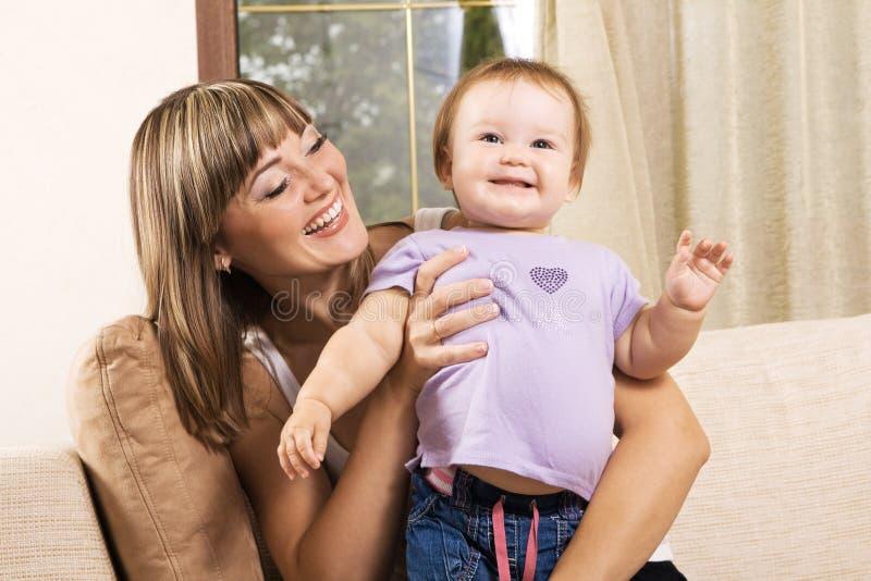 Matriz encantadora que joga com sua filha pequena fotografia de stock