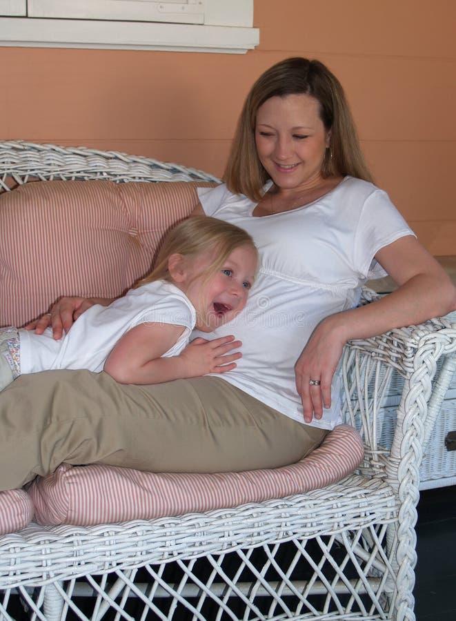 Matriz expectante com filha fotografia de stock