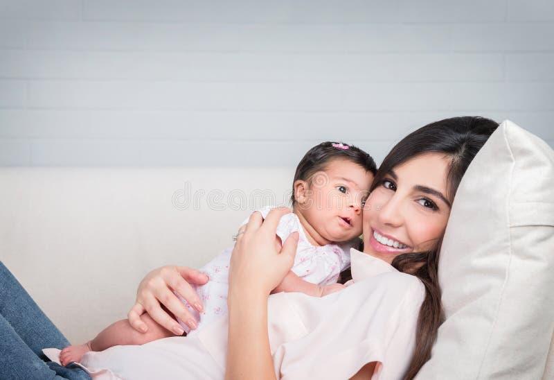 Matriz feliz com bebê fotografia de stock