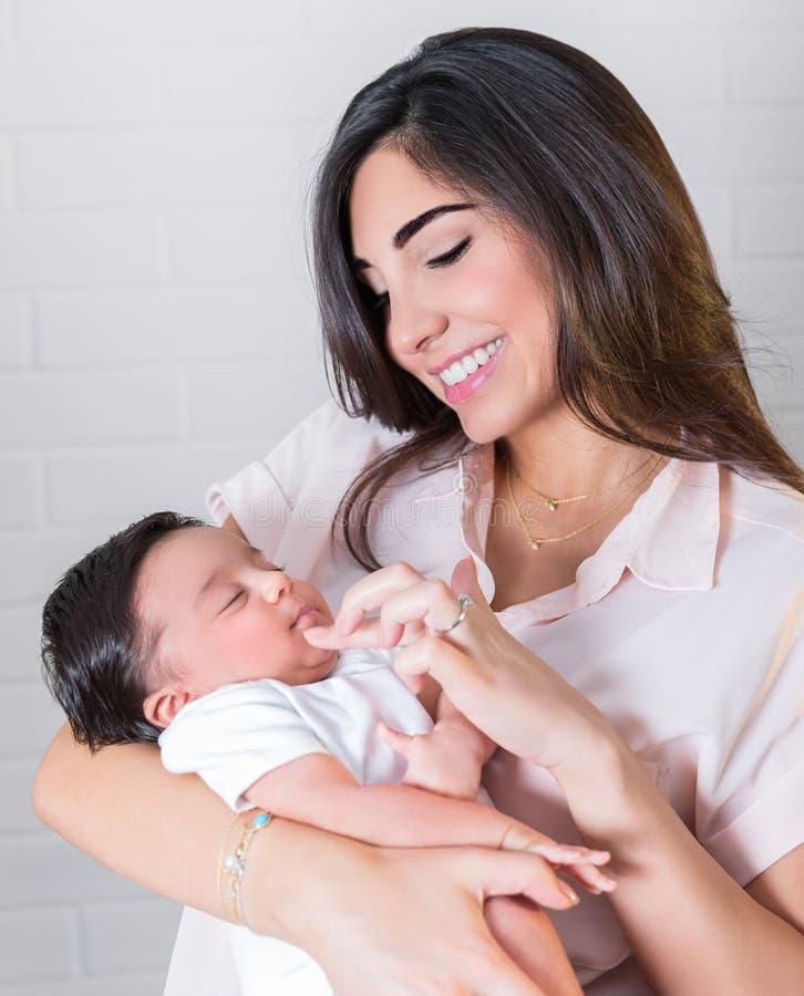 Matriz feliz com bebê foto de stock royalty free