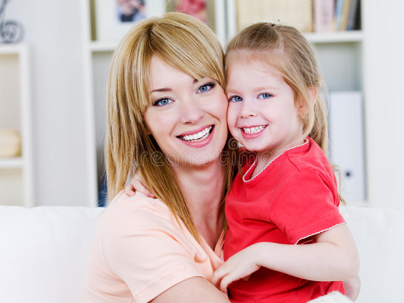 Matriz feliz com filha foto de stock