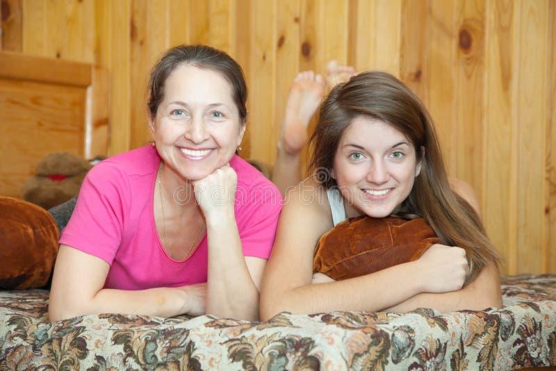 Matriz feliz com filha do adolescente fotografia de stock