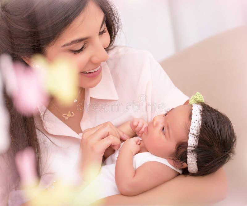 Matriz feliz com filha pequena fotografia de stock