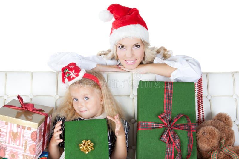 Matriz feliz com a filha pequena no chapéu de Santa foto de stock royalty free
