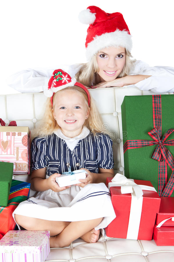 Matriz feliz com a filha pequena no chapéu de Santa fotografia de stock royalty free