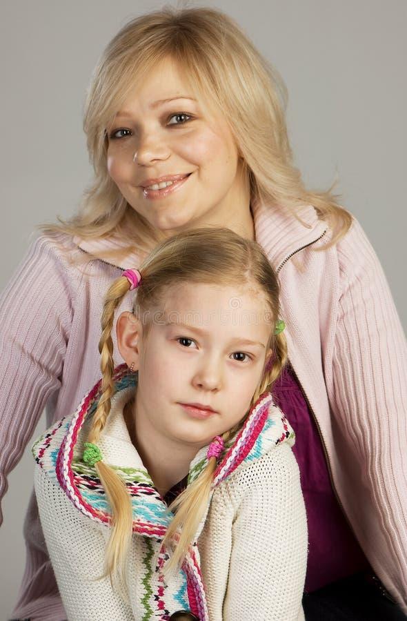 Matriz feliz com sua filha imagens de stock royalty free