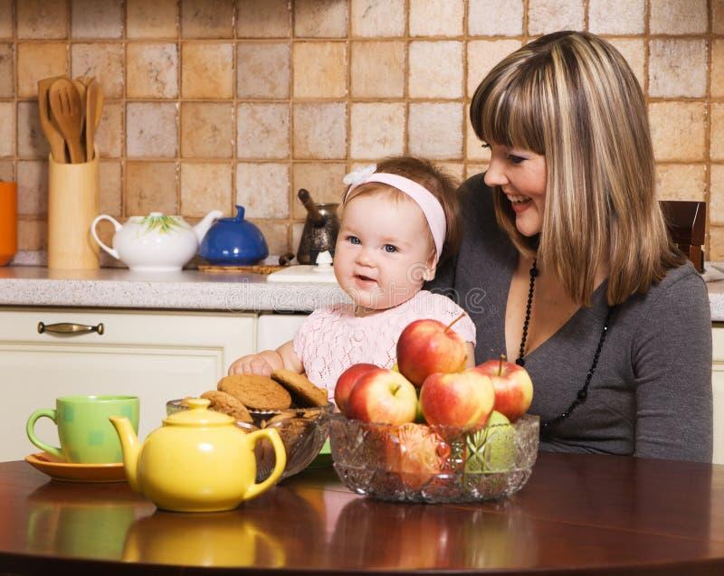 Matriz feliz com sua filha pequena que tem o almoço fotos de stock royalty free