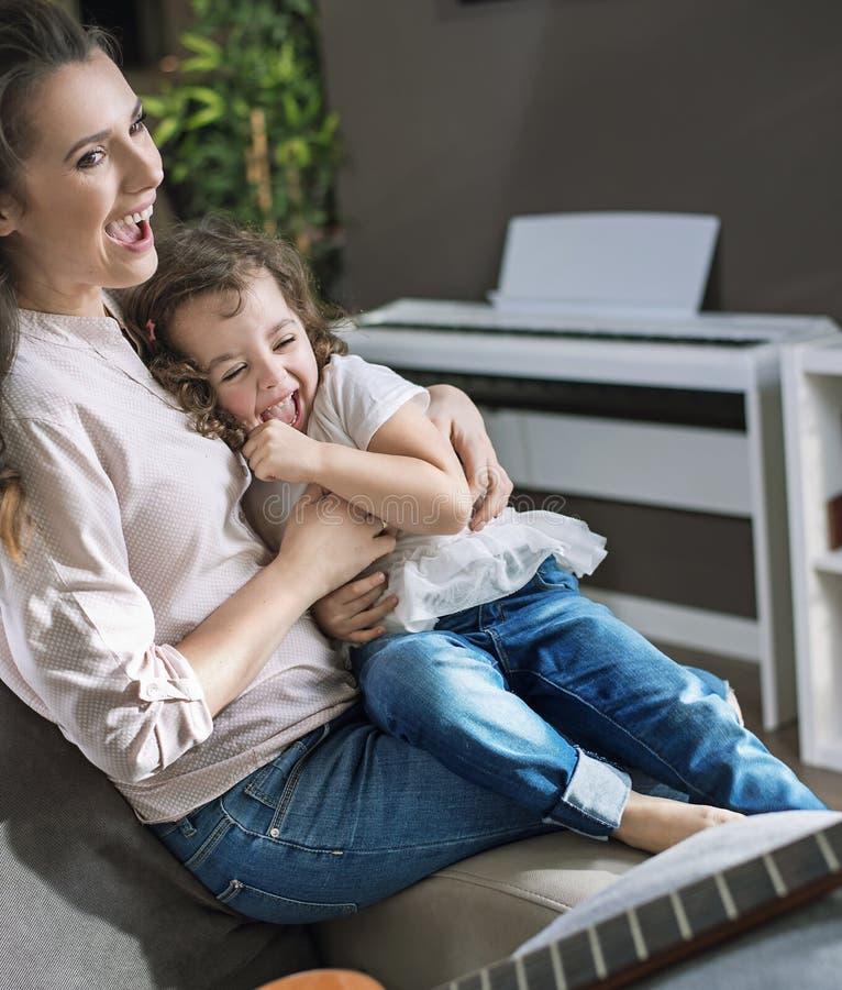 Matriz feliz com uma filha em casa fotos de stock