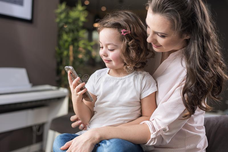 Matriz feliz com uma filha em casa fotografia de stock royalty free