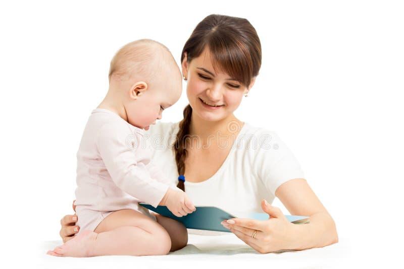 Matriz feliz e beb? que l?em um livro junto fotos de stock