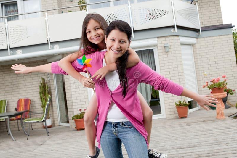 Matriz feliz e filha que têm o divertimento imagem de stock royalty free