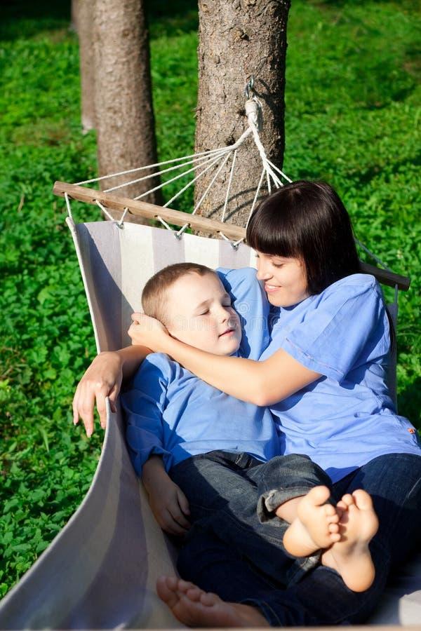 A matriz feliz e seu filho têm um descanso imagem de stock