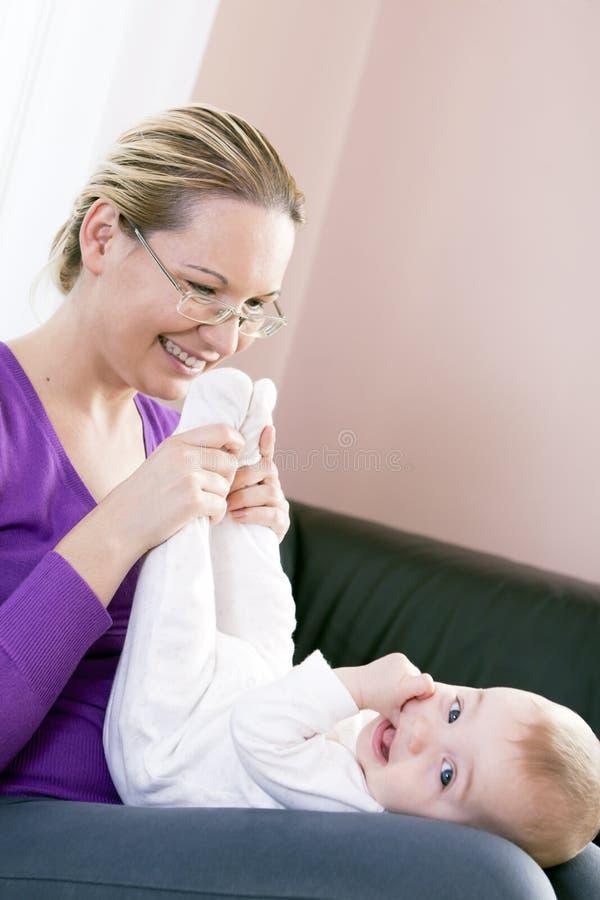 A matriz feliz joga a criança do menino. imagens de stock