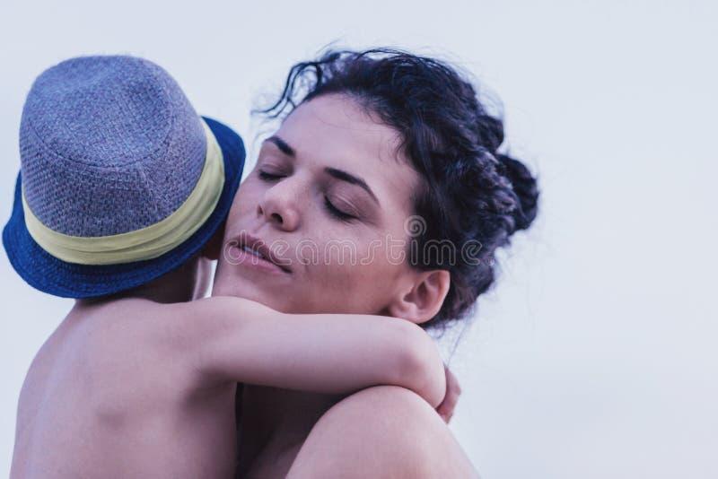 Matriz feliz que abraça seu filho fotografia de stock royalty free