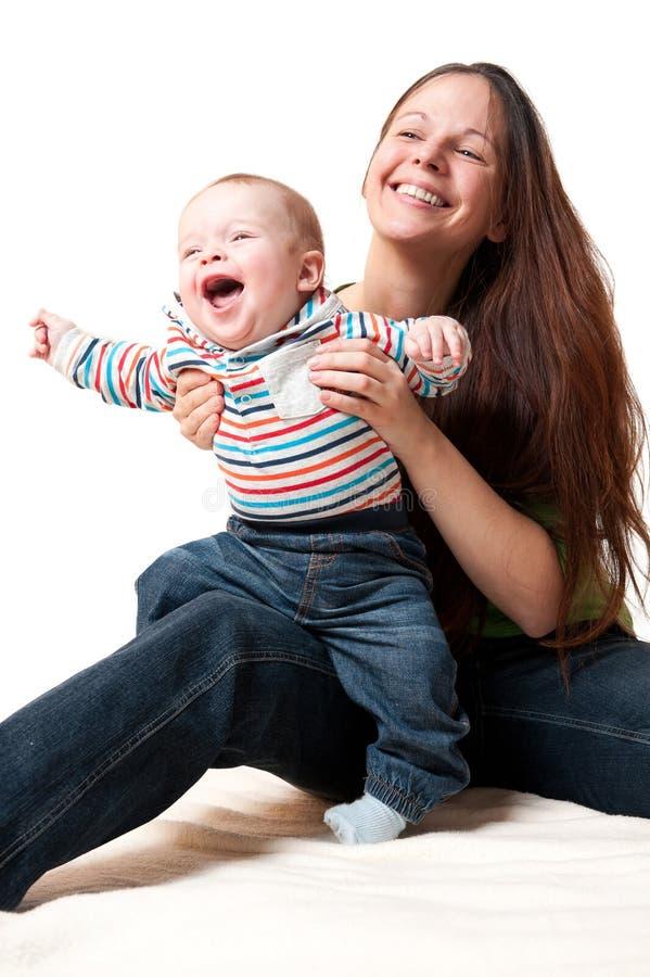 Matriz feliz que tem o divertimento com sua criança de sorriso fotografia de stock royalty free
