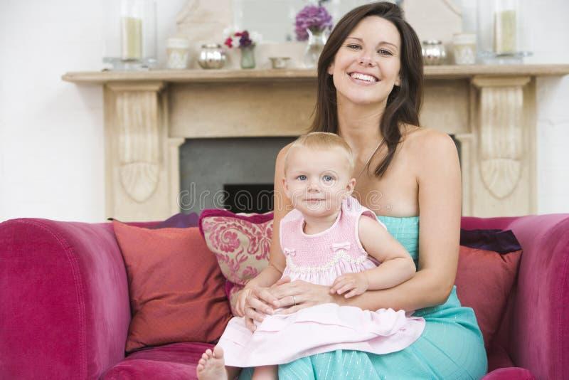 Matriz na sala de visitas com bebê fotos de stock royalty free