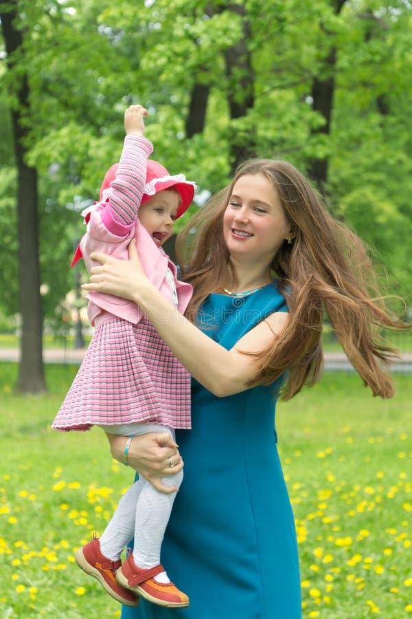 Matriz nova com criança fora em um dia de verão imagem de stock