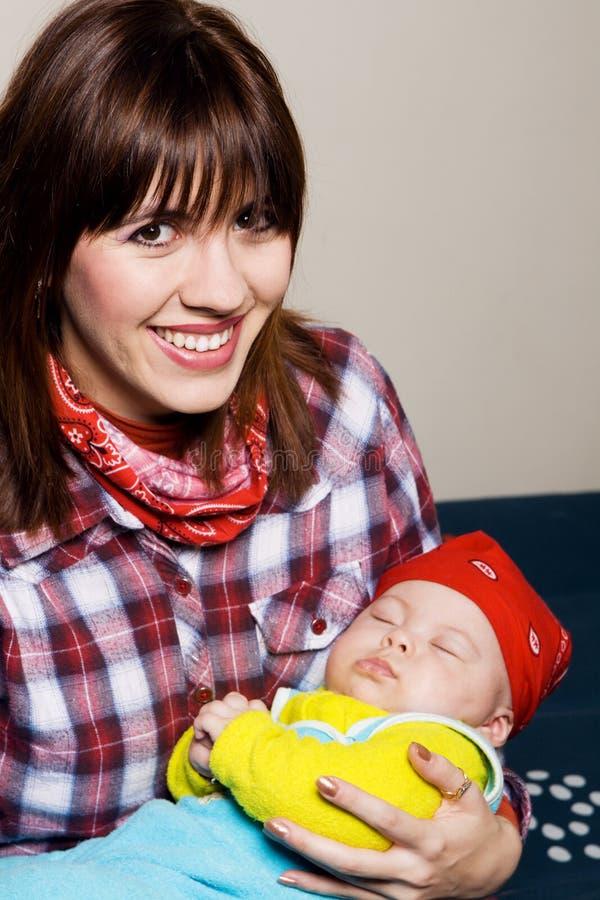 Matriz nova com seu bebê sonolento foto de stock royalty free