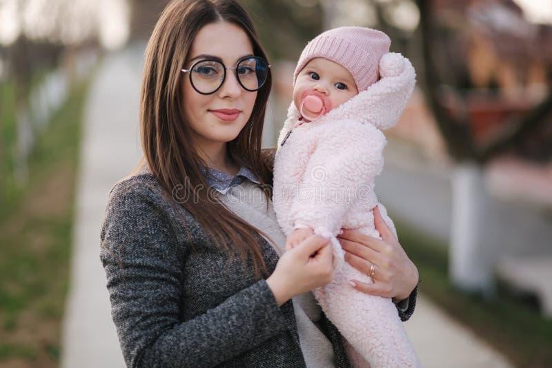 Matriz nova com seu beb? pequeno Beb? da posse da mam? nas m?os Fam?lia feliz fotografia de stock royalty free