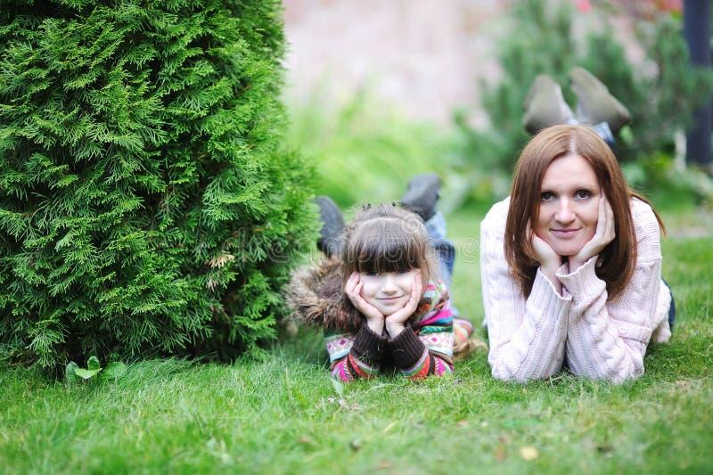 Matriz nova com sua filha no jardim imagens de stock