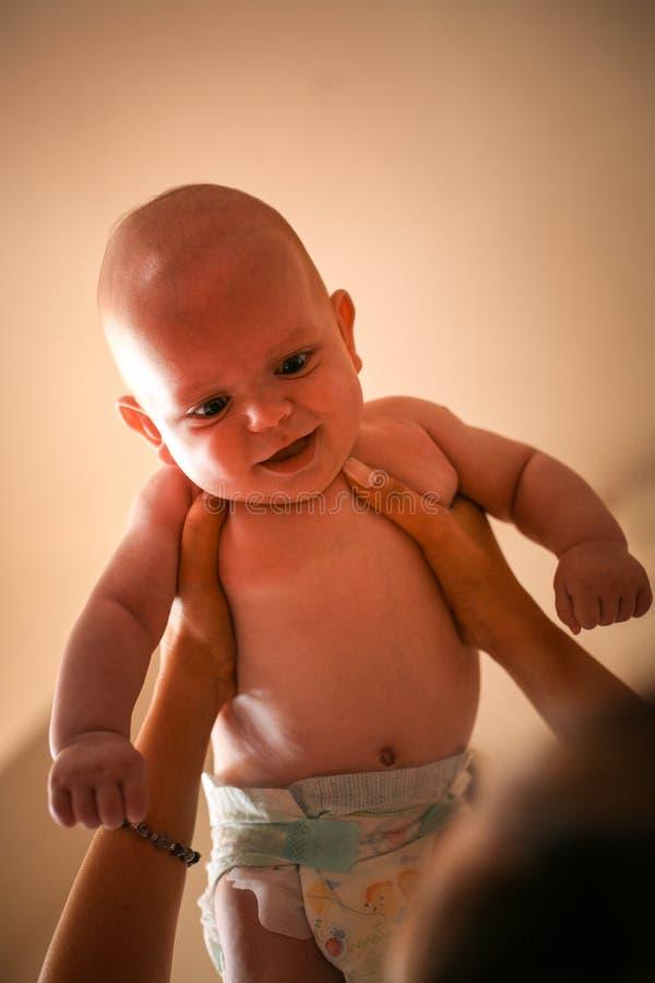 Matriz nova que joga com seu bebé fotografia de stock