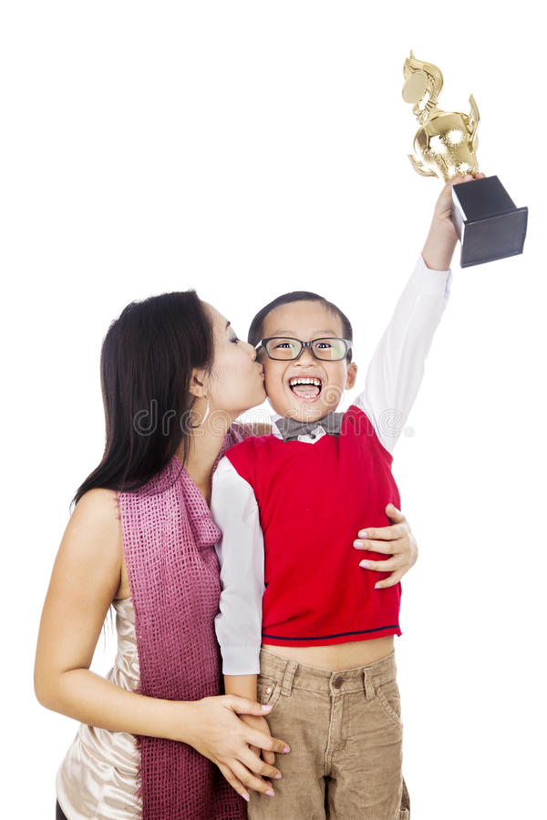 A matriz orgulhosa beija seu filho fotos de stock