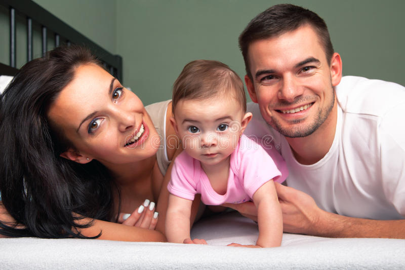 Matriz, pai e bebê na cama branca fotografia de stock royalty free