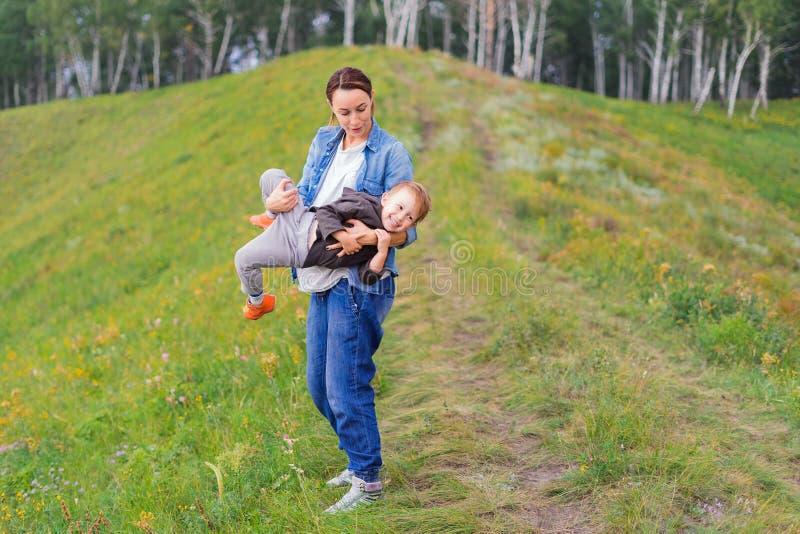 A matriz prende seu filho em seus braços fotografia de stock royalty free