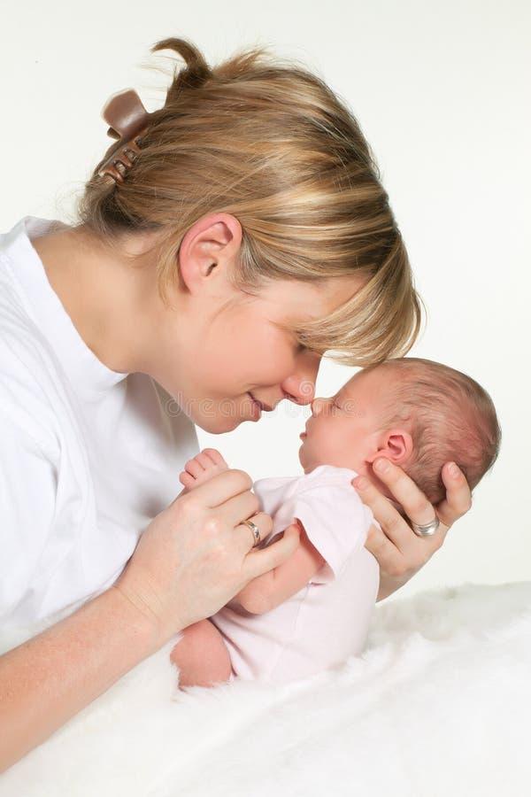 Matriz que abraça o bebê imagem de stock