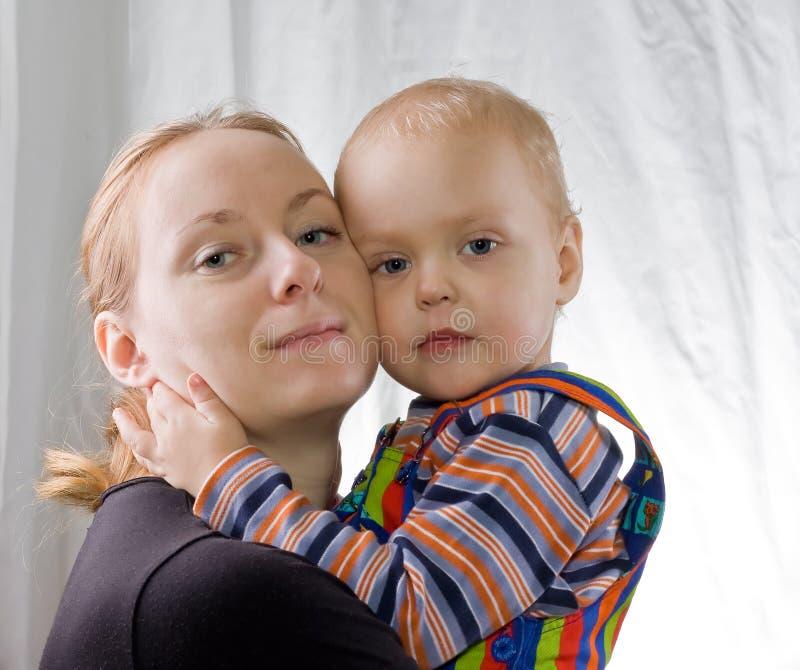 Matriz que abraça o filho foto de stock royalty free
