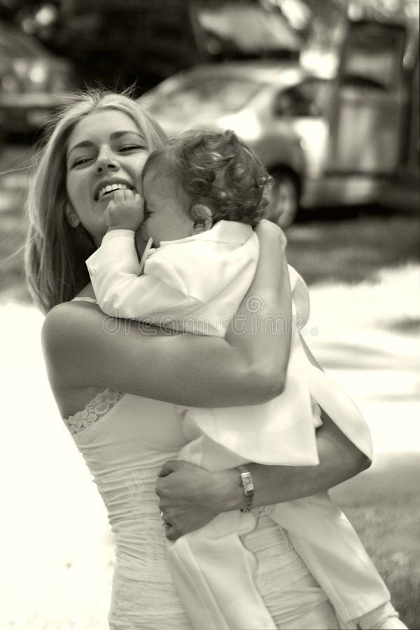 Matriz que abraça seu filho foto de stock