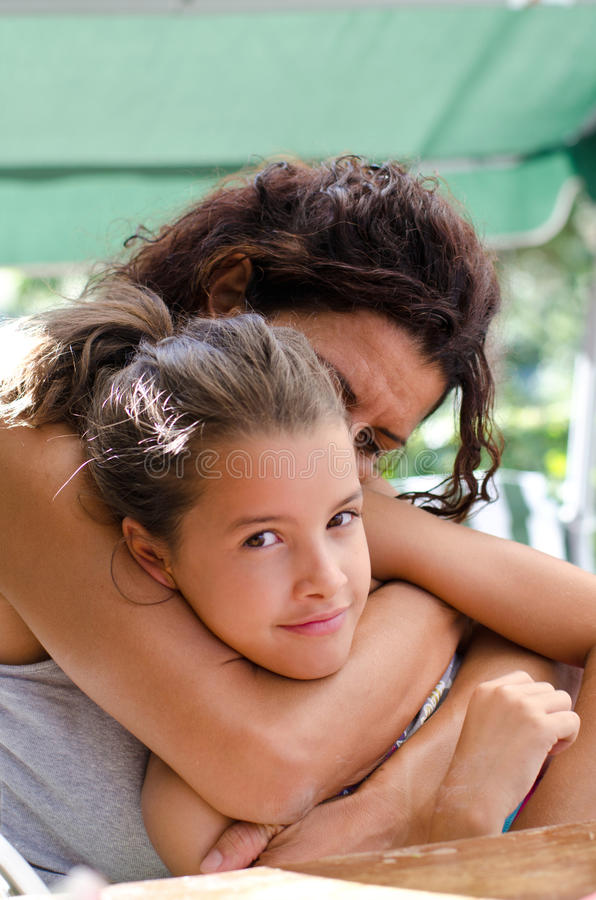 Matriz que abraça sua filha imagem de stock royalty free