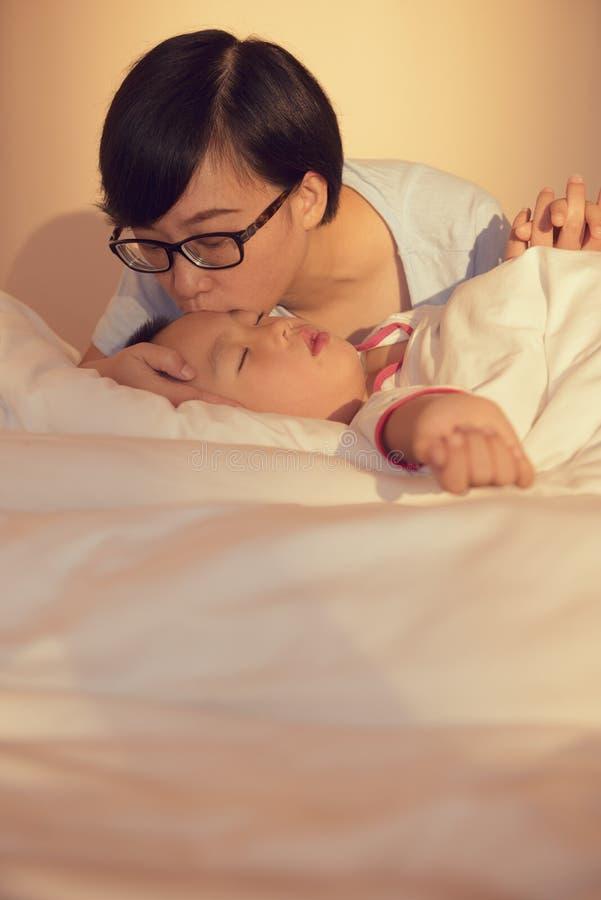 Matriz que beija o filho fotos de stock royalty free